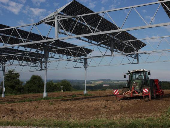 Regenerative Energien Von Holzvergasern und beackerten Solarfeldern.